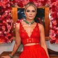 Thássia Naves inspira com a cor da paixão ao apostar num minicorselet da coleção Fetiche da Hope com uma saia Dolce & Gabbana