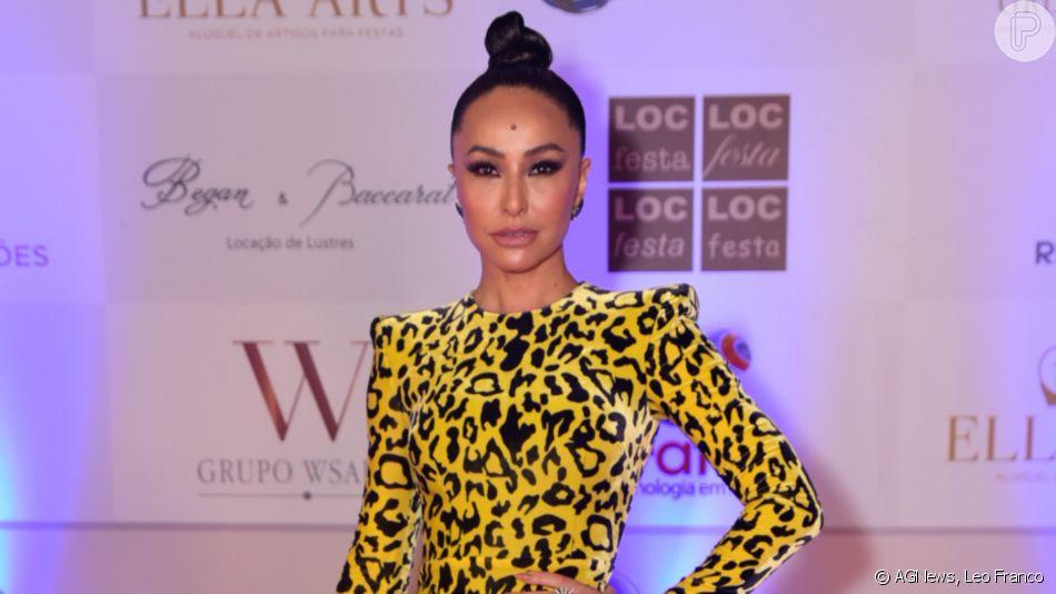 Sabrina Sato aposta em vestido leopard print com ombros estruturados da marca Alex Perry  para apresentar jantar solidário do Instituto Ressoar, em São Paulo, nesta terça-feira, 26 de novembro de 2019