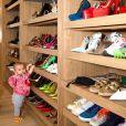 A filha de Sabrina Sato, Zoe, já apareceu animada no closet de sapatos da apresentadora