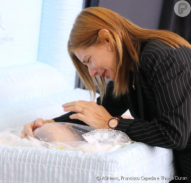 Mulher de Gugu Liberato, Rose Miriam dá beijo e se despede do marido em velório nesta sexta-feira, dia 29 de novembro de 2019