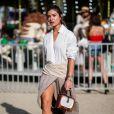 Saia na moda: aposte na combinação camisa branca social e saia assimétrica para um look poderoso no verão