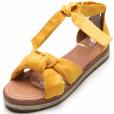 Presente de Natal: sandália flat colorida com amarração no tornozelo é tendência de moda para o verão e modelo da Bebecê custa R$ 99,99