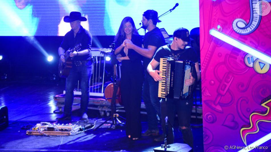 Sorocaba dança agarradinho com a noiva, Biah Rodrigues, no Prudence Fest, em São Paulo
