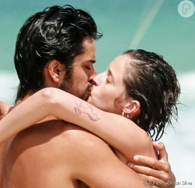 Agatha Moreira, de novo visual, trocou beijos com Rodrigo Simas em praia do Rio de Janeiro, neste domingo, 8 de dezembro de 2019
