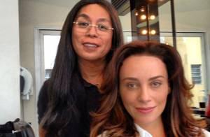 Suzana Pires muda o visual e surge com mechas loiras