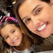 Deborah Secco elogia habilidade da filha, Maria Flor, em canto e ukelelê: 'Show'