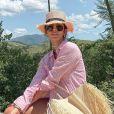 A influencer Jade Seba usou camisa social rosa por cima do biquíni. Look serve como inspiração para um pós-praia