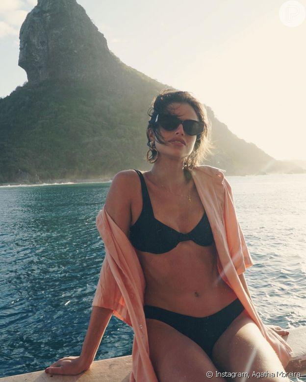 Agatha Moreira apostou na camisa social larguinha por cima do biquíni