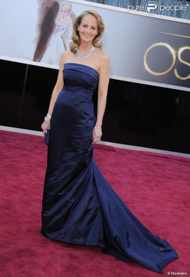 Helen Hunt posa de H&M no tapete vermelho do Oscar 2013, em 24 de fevereiro de 2013