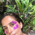 Camila Pitanga posa com pétalas de flores  na Chapada Diamantina