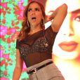 Anitta deixa cabelo solto e aposta em argola com brilho em show neste sábado, dia 11 de janeiro de 2020