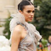 Bruna Marquezine combina look fashion com arco de noiva da Minnie na Disney