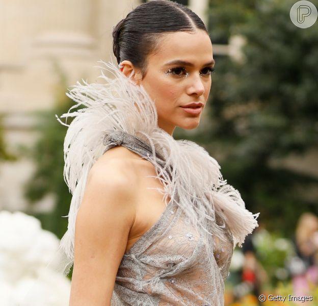 Bruna Marquezine usa arco com véu de noiva na Disney nesta quinta-feira, dia 16 de janeiro de 2020