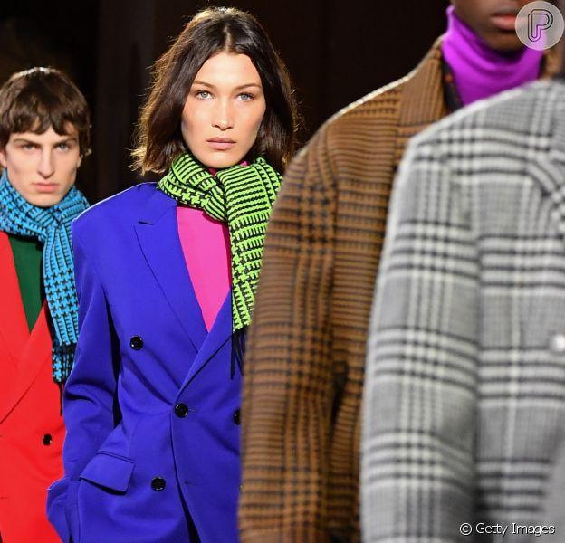 Moda outono/inverno 2020: Bella Hadid desfila de terno em cores vibrantes para grife Berluti em semana masculina de Paris