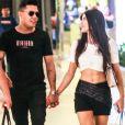 Felipe Araújo anda de mãos dadas com nova namorada, Estella Defant, em shopping nesta quarta-feira, dia 29 de janeiro de 2020
