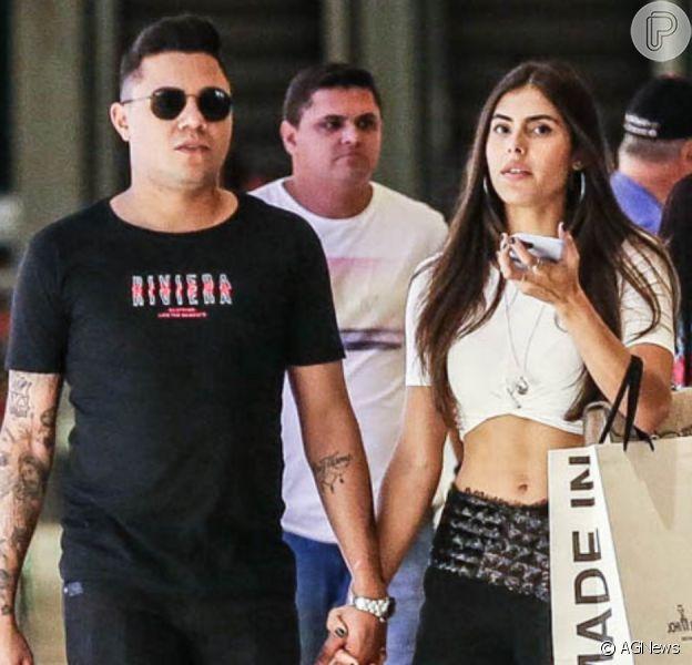 Felipe Araújo passeia em shopping com nova namorada, Estella Defant, nesta quarta-feira, dia 29 de janeiro de 2020