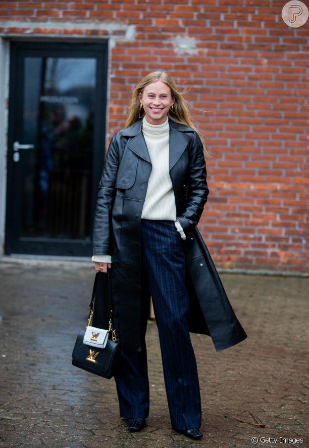 Moda na mão: mini bag com maxi bag marcou presença no street style da Copenhagen Fashion Week