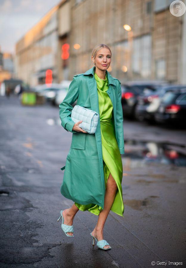 Moda na mão: bolsa com textura e sem alça bombou no street style da Copenhagen Fashion Week