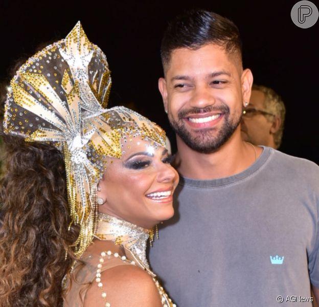 Namorado de Viviane Araujo prestigiou atriz em ensaio de Carnaval nesta sexta-feira, 14 de fevereiro de 2020