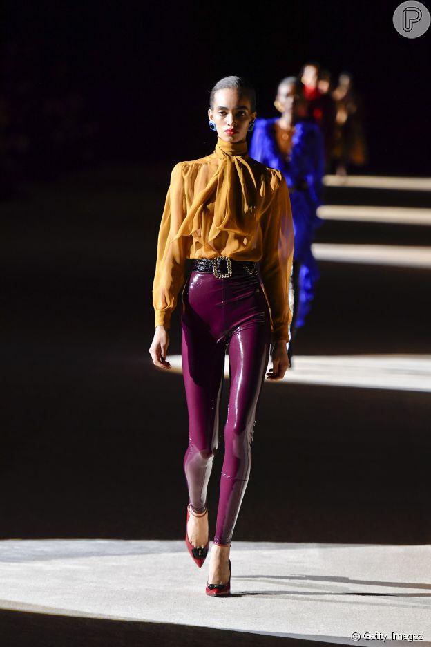 Cores e sensualidade: grife Saint Laurent aposta em calças bem justas de látex em composições elegantes