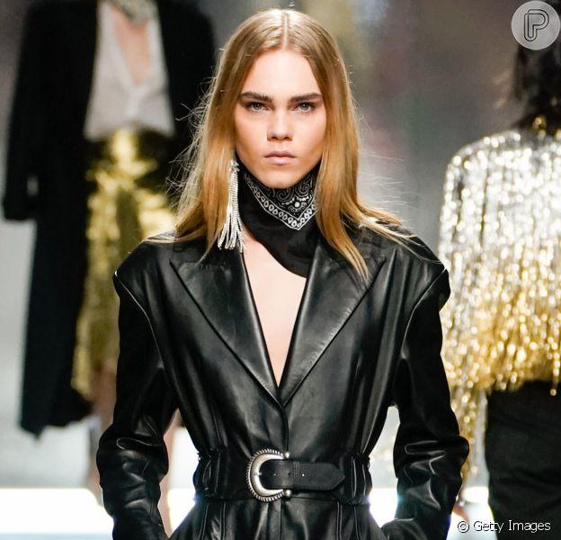 Moda de inverno na semana de moda de Paris traz couro e látex em looks