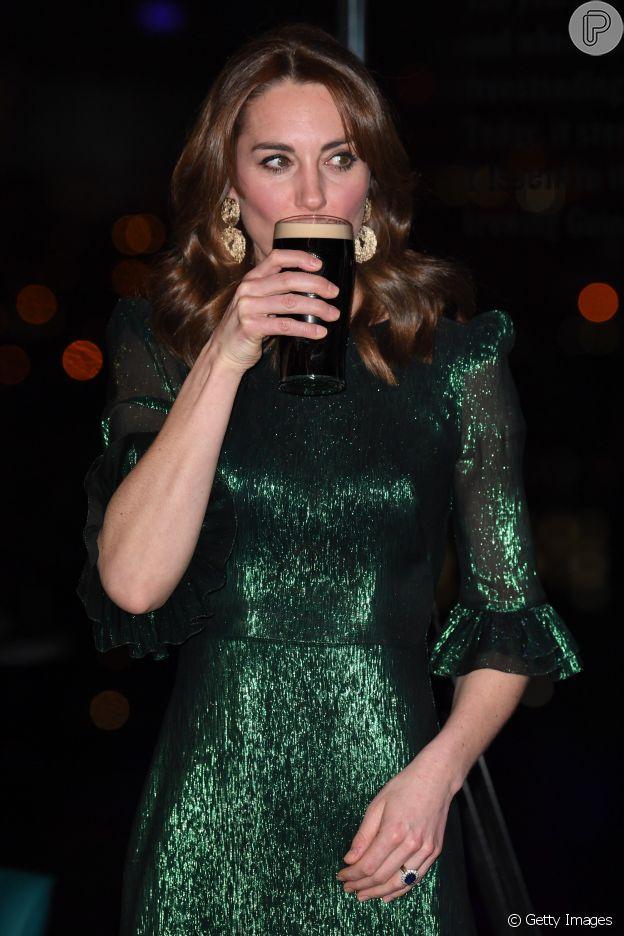 Kate Middleton só bebe espuma de cerveja e atitude faz fãs suspeitarem de gravidez