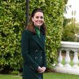Kate Middleton se protegeu do frio com casaco verde, criando um look tom sobre tom
