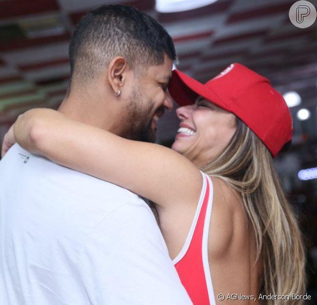 Viviane Araújo ganhou a companhia do namorado Guilherme Militão na feijoada do Salgueiro neste domingo, 8 de março de 2020