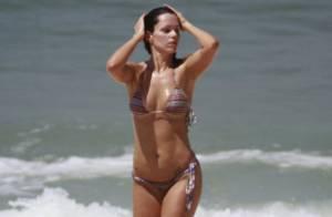 Viviane Victorette, prestes a voltar à TV, mostra boa forma em praia do Rio
