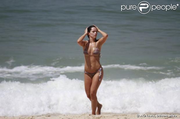 Viviane Victorette mostra boa forma em banho de praia, no Rio, em 26 de fevereiro de 2013