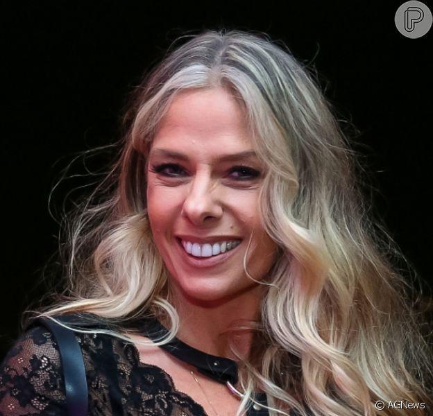 Coronavírus adiou assinatura do contrato de Adriane Galisteu com a RecordTV. Apresentadora comandaria a nova temporada do 'Power Couple'