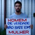 Cauã Reymond posa para campanha sem cobrar cachê