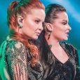 Dupla Maiara e Maraisa dança e canta em vídeo caseiro de roupão