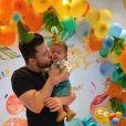 Murilo Huff dá beijo em filho, de 5 meses