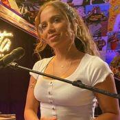 De look artístico, Anitta se diverte com Gui Araujo e 'termina' namoro na TV