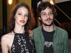 Laura Neiva beija Chay Suede em foto e filha ganha elogios dos famosos: 'Linda'