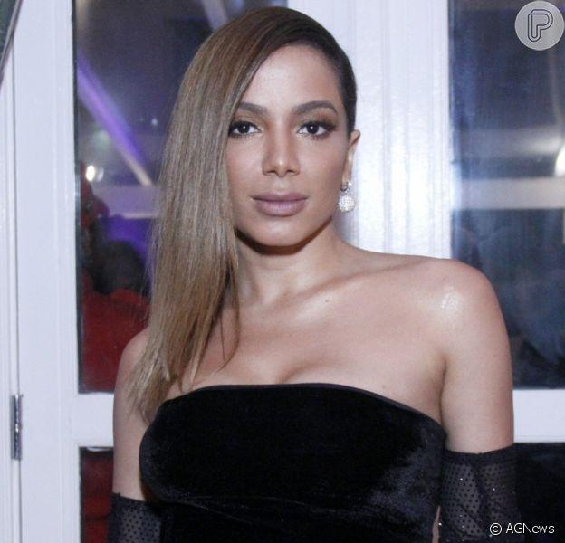 Anitta chama atenção de novo colar com inicial de Gui Araújo