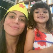 Carol Castro corta franja da filha, Nina: 'Malabarismo para ser cabeleireira'