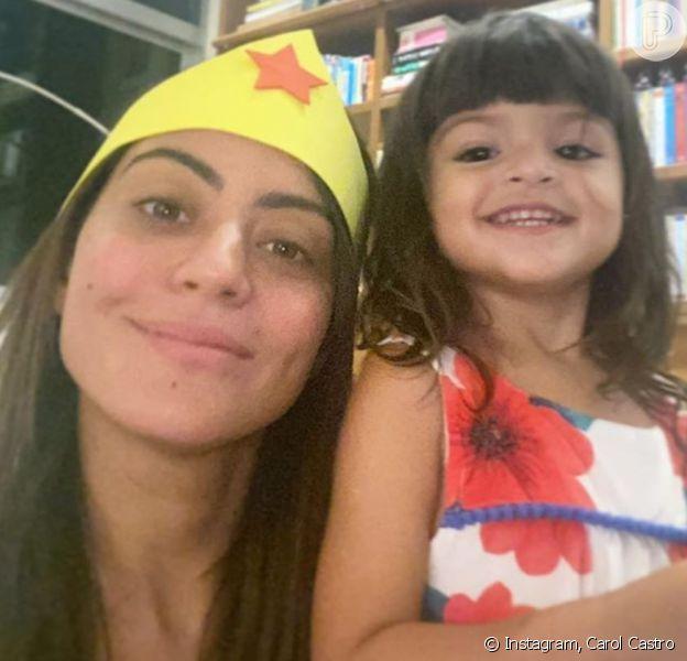 Carol Castro cortou cabelo da filha, Nina, neste sábado, 6 de junho de 2020