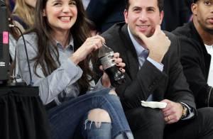 Katie Holmes, acompanhada, assiste a jogo de basquete em Nova YorK e se diverte