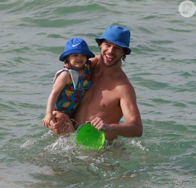 José Loreto vai à praia e diverte filha no Rio de Janeiro nesta terça-feira, 23 de junho de 2020