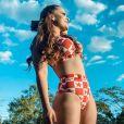 Maiara faz ensaio de fotos a bordo de um biquíni de cintura alta com estampa trend