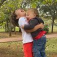Patricia Abravanel encantou seguidores ao mostrar a interação entre os três filhos