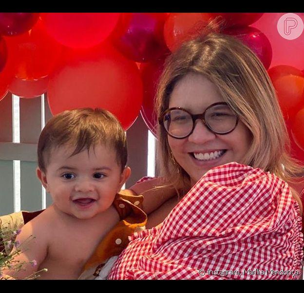 Marília Mendonça se emocionou ao receber o filho, Leo, de 7 meses, em live comemorativa aos seus 5 anos de carreira