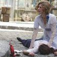 Constância (Patrícia Pillar) socorre Laura (Marjorie Estiano) depois de atropelamento, em 'Lado a Lado'