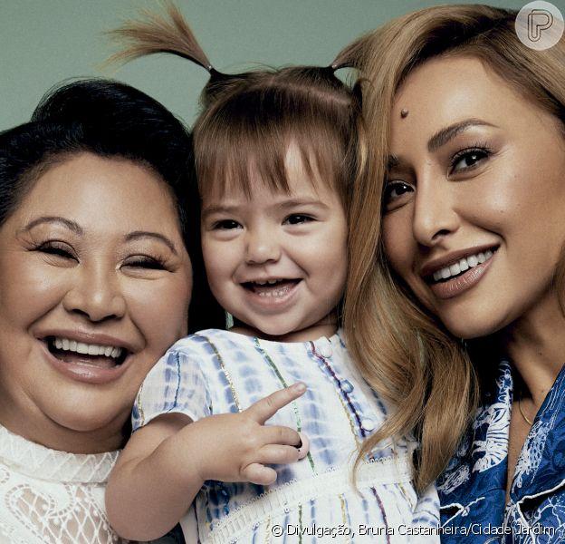 Sabrina Sato e a filha, Zoe, posam com a mãe da apresentadora, Kika