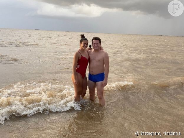 Namorada de Ximbinha deixa corpo à mostra em foto de maiô com guitarrista