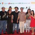 Regina Casé posa ao lado de parte do elenco do filme 'Made in China', dirigido por Estevão Ciavatta