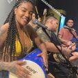 Ludmilla canta sucessos de pagode com o grupo 'Menos é Mais' e 'Vou Pro Sereno' em festa em casa