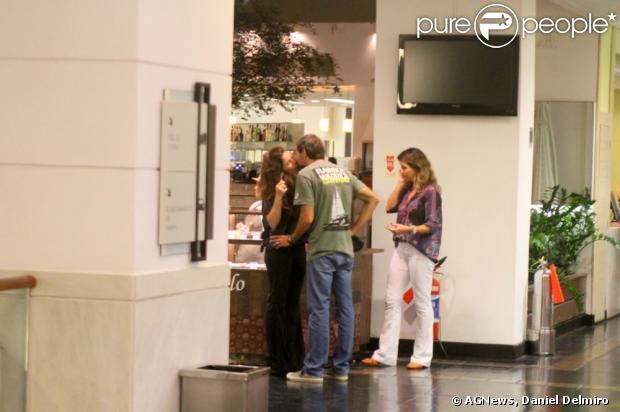 Giovanna Antonelli e o marido, Leonardo Nogueira, trocam beijos em um shopping do Rio de Janeiro, em 3 de março de 2013